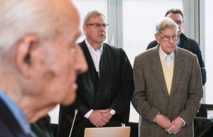 94-year-old former SS guard at the Auschwitz death camp Reinhold Hanning, right, stands next to his lawyer Andreas Scharmer, centre, during his trial in Detmold, Germany on Friday, Feb. 12, 2016. (AP / Bernd Thissen)